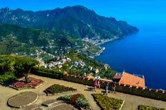 Vista increíble de la costa imponente de Amalfi, Italia fotos de archivo