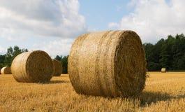 Vista increíble de una bala redonda de paja en el prado Imagen de archivo