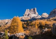 Vista incredibile dalla cima del passaggio di Falzarego con il picco di Cinque Torri su fondo ALPI DELLA DOLOMIA, ITALIA Immagini Stock Libere da Diritti
