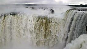 Vista incredibile di area di gola potente del ` s del diavolo delle cascate di Iguazu sul lato argentino, provincia di Misiones,  stock footage