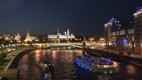 Vista incredibile di notte della città del Cremlino di Mosca alla notte archivi video