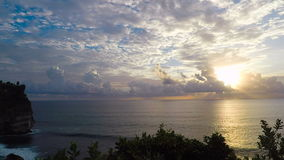 Vista incredibilmente bella del tramonto sull'oceano Molto bianco si appanna e le onde del mare L'acqua ha colpito la roccia sul video d archivio