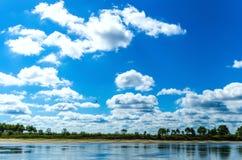 Vista incredibilmente bella di vasto fiume a flusso rapido immagine stock