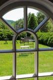 Vista incurvata della finestra del patio del giardino immagini stock