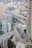 Vista industrial de Tokio con los caminos y los rascacielos ocupados Imagen de archivo libre de regalías
