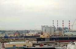 Vista industriale panoramica di porta e dei funzionamenti di raffinamento Immagini Stock