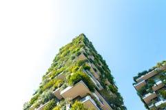 Vista inferior da construção vertical da floresta em Milão, Itália foto de stock royalty free