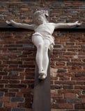 Vista inferior da est?tua antiga da crucifica??o de Jesus Christ fotos de stock