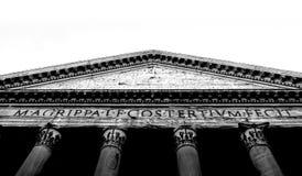 Vista inferior da fachada romana do panteão imagens de stock