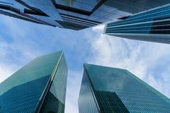 Vista inferior de arranha-céus modernos no distrito financeiro contra s Foto de Stock