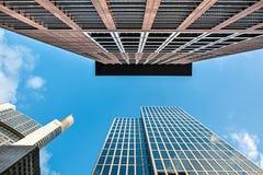 Vista inferior de arranha-céus modernos no distrito financeiro contra b Fotos de Stock Royalty Free