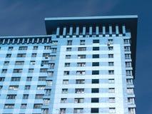 Vista inferior de la alta construcción de viviendas moderna Fotografía de archivo libre de regalías