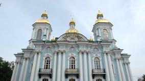 Vista inferior de la catedral naval en el d?a de verano - St Petersburg, Rusia de Nikolsky metrajes
