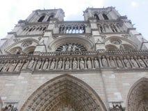 Vista inferior de la catedral de Notre Dame fotografía de archivo