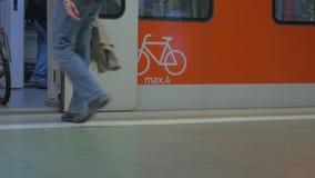 Vista inferior de las piernas de la gente, ésa que entra en y hacia fuera el tren en la estación de metro, Frankfurt-am-Main, Ale almacen de video