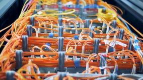Vista inferior de servidores de dados e de fios ligados filme
