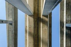 Vista inferior de tres cubiertas de puente y ellos concretos columnas Foto de archivo
