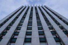 Vista inferior de uma construção alta que confina Foto de Stock Royalty Free