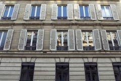 Vista inferior de uma construção em Paris fotografia de stock royalty free