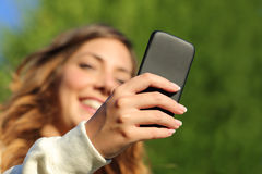 Vista inferior de una mano de la mujer que manda un SMS en un teléfono elegante Fotos de archivo