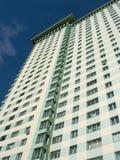 Vista inferior del alto edificio moderno en el azul profundo s Imagen de archivo libre de regalías