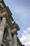 Vista inferior del edificio de Reichstag Imagen de archivo libre de regalías