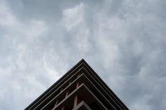 Vista inferior del edificio moderno en distrito financiero contra el cielo cubierto imágenes de archivo libres de regalías