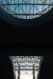 Vista inferior del tejado de cristal moderno en distrito financiero en luz de la tarde en la puesta del sol con el copyspace Fotografía de archivo libre de regalías