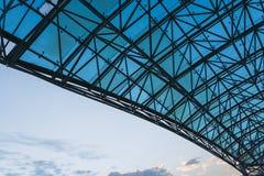 Vista inferior del tejado de cristal moderno en distrito financiero en luz de la tarde en la puesta del sol con el copyspace Fotos de archivo libres de regalías
