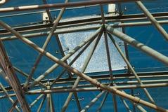 Vista inferior del tejado de cristal moderno en distrito financiero por la tarde con el vidrio quebrado Foto de archivo