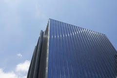 Vista inferior do arranha-céus moderno, de vidro imagens de stock royalty free