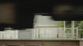 Vista inferior do trem que move sobre os trilhos Opinião de movimento lento filme