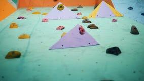 Vista inferior dos pedregulhos de uma parede de escalada da simulação video estoque