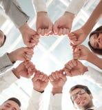 Vista inferior equipe do negócio que está em um círculo fotos de stock royalty free