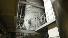 Vista inferior Grey Concrete Chimney entre e construção de planta vídeos de arquivo