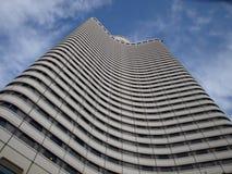 Vista inferior na construção alta moderna da elevação Imagens de Stock Royalty Free