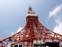 Vista inferior na torre de aço da televisão Imagens de Stock Royalty Free
