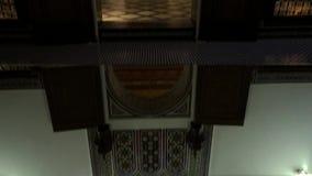 Vista inferior no teto antigo de Maghreb Projeto árabe tradicional da arquitetura marroquina - mosaico de Rich Riyad Dar Si Said video estoque