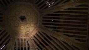 Vista inferior no teto antigo de Maghreb Projeto ?rabe tradicional da arquitetura marroquina - mosaico de Rich Riyad Dar Si Said vídeos de arquivo