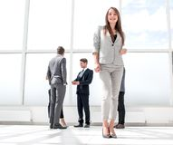 Vista inferior posição nova da mulher de negócios em uma entrada espaçoso imagem de stock