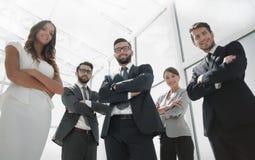 Vista inferior um grupo de jovens seguros Imagem de Stock Royalty Free