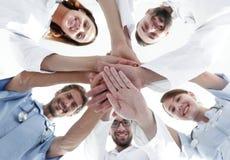Vista inferior uma equipe dos doutores no centro médico abraçou suas mãos junto fotos de stock