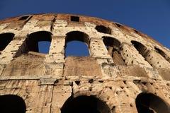 Vista inferiore sulle vecchie pareti di pietra del Colosseo Fotografia Stock