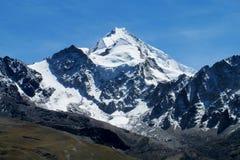Vista innevata dell'alta montagna Fotografia Stock