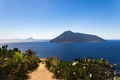 Vista inolvidable de algunas de las islas de Aeolinan Imagenes de archivo