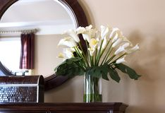 Vista interior com lírios de calla Foto de Stock Royalty Free
