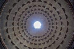 Vista interior da abóbada do panteão em Roma, Italia imagem de stock royalty free