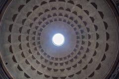 Vista interior da abóbada do panteão em Roma, Italia foto de stock royalty free