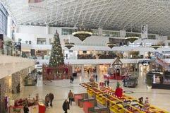 Vista interior da alameda no complexo comercial de Palas, cidade de Iasi, Romênia Imagem de Stock