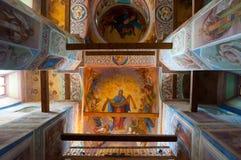 Vista interior da catedral da natividade de nossa senhora, monastério de St Anthony em Veliky Novgorod, Rússia Fotos de Stock
